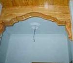 Arco de escayola imitando a madera de pino, para igualar al techo