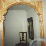 Arco de escayola con ménsulas y pilastras. Decorado imitando a marmol