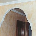 Pequeño arco de escayola, con ménsulas. Destacado en blanco y color