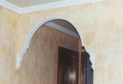 pequeo arco de escayola con mnsulas destacado en blanco y color