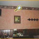 """Comedor rústico, combinando cornisa """"modo: concha"""" decorada en mármol; y paredes de """"Rustical"""" con pátina salmón."""