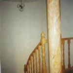 Columna de hormigón decorada imitando a marmol