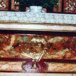 Detalle de la base del altar, combinando con diferentes marmolizados en paños y entrepaños, con oro en molduras y concha central.