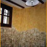 """Acabado """"Rustical"""" suave, conjugando con falsa piedra en zócalo y falsas vigas en el techo."""