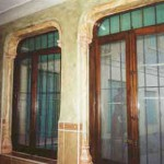 """Galeria decorada con un conjunto de: -color lavado verde en paredes -columnas y arcos, acabados con marmolizado """"ocre verdoso"""""""
