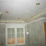 """Cornisa en cuarto de baño decorada con """"marmolizado"""" en tonos a juego con azulejos."""