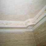 Techo de baño, realizado a juego con el travertino de las paredes.