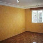 Elegante salón, que combina cornisa patinada, con el estuco a la cal de las paredes.