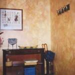 Distribuidor de alto standing. Color lavado multicolor en las paredes.